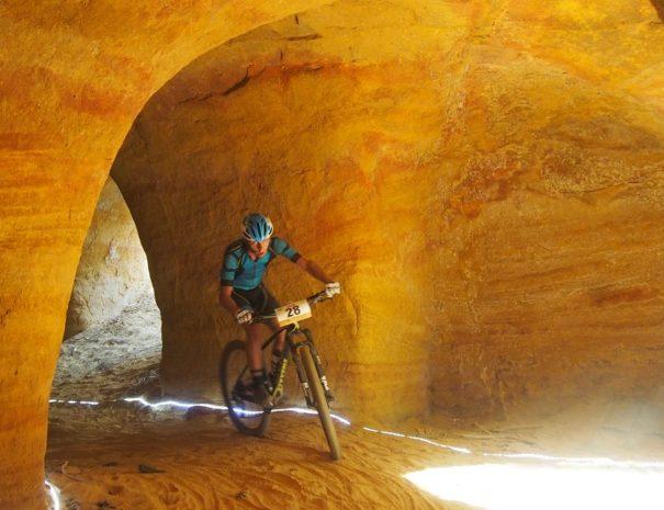 homme à vélo dans les ocres du Luberon